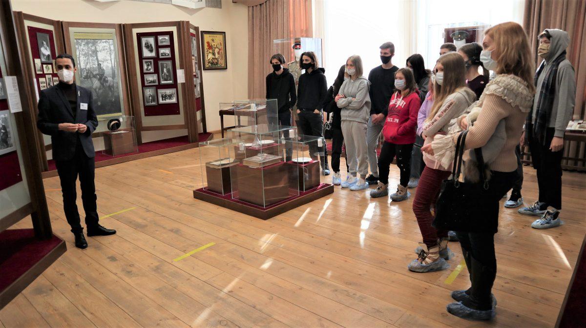 21 февраля в рамках «Императорского маршрута» музей «Напольная школа» посетили студенты и преподаватели гимназии N 52 города Екатеринбурга.