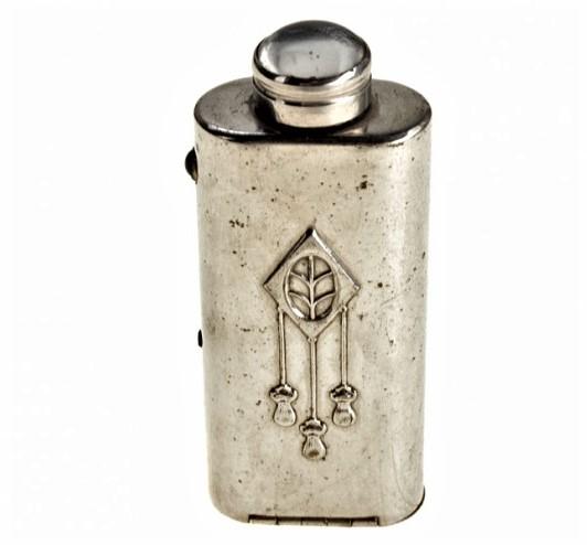 Предметные истории. Карманный фонарик начала XX века: где у него батарейка?